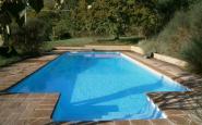 piscina con scala esterna rettangolare