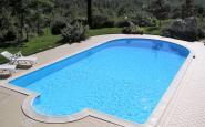 piscina con lato arrotondato e scala romana