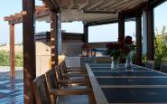 struttura in legno a bordo piscina con pergotenda + tavolo e sedie