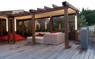 struttura in legno a bordo piscina con pergotenda