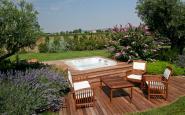 piattaforma in legno con spa ad incasso + viale in legno + tavolinetto e sedie in legno da giardino