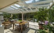 interno del giardino d'inverno con vetrate scorrevoli